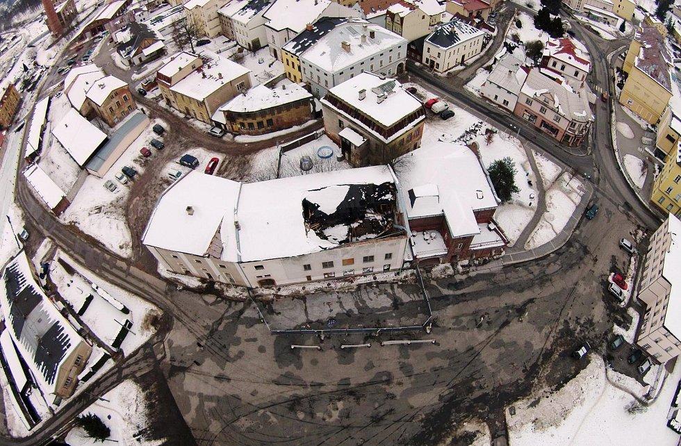 V objektu bývalé sodovkárny v Hostinném se propadla střecha, dům půjde k demolici.