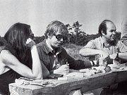 Marta Kubišová, Václav Havel a Jacek Kuroň při jednom z krkonošských setkání disidentů za doby normalizace.