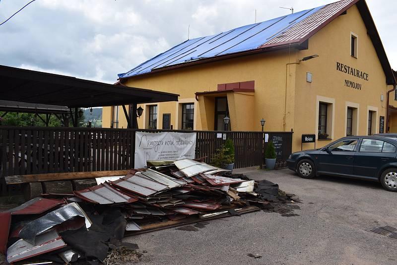 O část střechy přišla i restaurace v Nemojově.