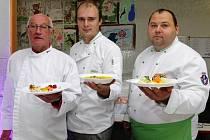 KUCHAŘI ze svitavské jídelny při základní škole T. G. Masaryka soutěžili se svým menu, které od září budou opět nabízet školákům. V celostátní soutěži si vyvařili čtvrté místo.