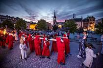 Trutnovský rituál byl dodržen. Po průvodu městem putoval šestimetrový kovový drak na věž Staré radnice.