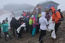 Dobrovolníci vyrazili uklízet nepořádek po zimní sezoně na Sněžce, jejím okolí a Peci pod Sněžkou v rámci celorepublikového projektu Ukliďme svět, ukliďme Česko.
