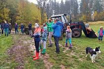 Spolek Pro Hartu vysázel v sobotu ve Vrchlabí 25 stromů v ovocné aleji.