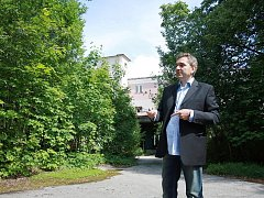 PŘEDSTAVIT PLÁNY na rekonstrukci areálu bývalého Texlenu přijel  autor projektu a investor Dušan Barnáš.