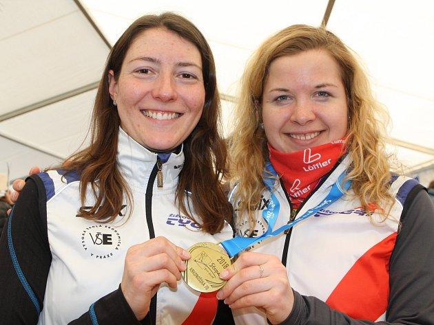 Zuzana Weissová (vlevo) a Tereza Hnátková z týmu Žižkovský tygři C se radovaly z prvenství v Krkonošské sedmdesátce. Po čtyřech hodinách na trase nakonec rozhodly o jejich triumfu pouhé čtyři vteřiny.