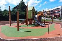 Děti můžou od středy využívat rekonstruované dětské hřiště v Trutnově v ulici Oskara Nedbala na Humlově kopci.