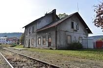 Vlakové nádraží v Žacléři je ve špatném stavu, na trati do Královce vlaky nejezdí v pravidelné dopravě od roku 2009.