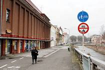 Dobojováno. V Trutnově dojde k přejmenování Revoluční ulice od kina Vesmír k Obchodní akademii na Nábřeží Václava Havla. Někteří jsou spokojeni, jiní naštvaní a mnohým je to fuk.