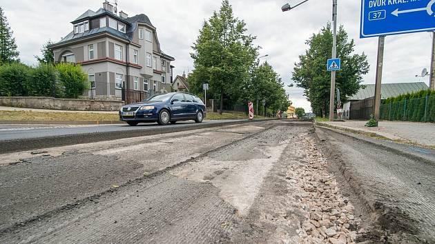 Od 26. května bude v Trutnově uzavřen jeden jízdní pruh od kruhového objezdu u Juniora po křižovatku ulic Pražská a Žižkova. Silnice se opravovala loni.