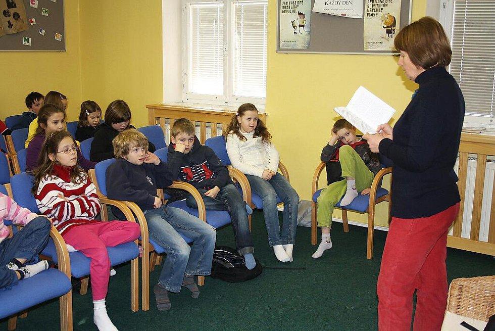 Autorka dětských knížek Iva Procházková v knihovně Slavoj ve Dvoře Králové