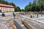 V Tmavém Dole staví Královéhradecký kraj novou třípodlažní budovu Domova důchodců, díky které se zvýší kapacita ze 100 na 156 klientů.