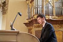 Vít Havlíček je varhaníkem, hudebním teoretikem, sbormistrem a pedagogem. V současné době působí jako pedagog a vedoucí Oddělení hudebně teoretických disciplín na Akademii múzických umění v Praze. V roce 2010 stál u zrodu mezinárodního festivalu Hudební l
