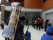 Od dolní stanice lanové dráhy v Peci pod Sněžkou startoval závod horských nosičů Sněžka Sherpa Cup.