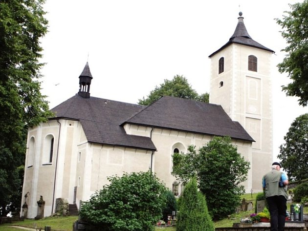 NEJSTARŠÍ PAMÁTKA. Starý renesanční kostel v Horním Maršově, který byl včera odpoledne slavnostně otevřen, má dlouhou historii. Ta sahá až do 16. století.