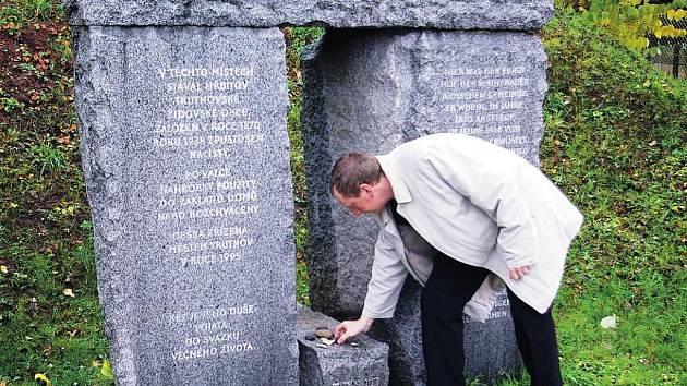 FESTIVAL DEVĚT BRAN netvoří pouze kulturní pořady. Součástí byl například i pietní akt  na bývalém židovském hřbitově.