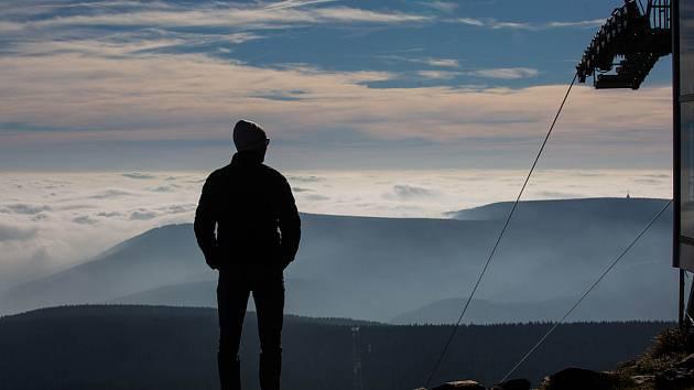 Až na vrcholky hor... Krkonošské lanovky vozí turisty k atraktivním místům.