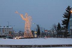 Pět a půl metru vysoký, svítící anděl s trumpetou, vítá motoristy ve Vrchlabí na kruhovém objezdu u Lidlu.