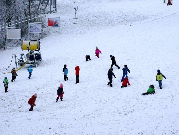 První sníh v Mladých Bukách si nenechaly ujít děti z místní mateřinky.