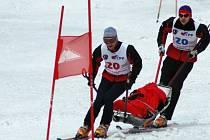 Skupiny záchranářů z několika zemí  se v Krkonoších účastní tradičních závodů, v nichž prověřují své fyzické schopnosti a další dovednosti.
