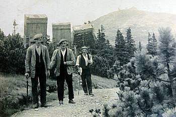 LEGENDÁRNÍ HORŠTÍ NOSIČI vynesli na nejvyšší českou horu ipiano.