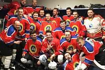 HC KOBRA PRAHA B slaví vítězství? Ale kdepak! To jsou zapomnětliví hokejisté Trutnova, jimž byly dresy zapůjčeny.
