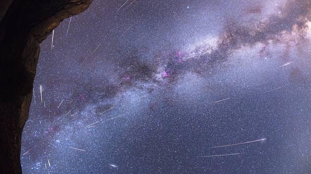 METEORY KAŽDÉHO ROJE  vylétají zdánlivě z jednoho bodu na obloze zvaného radiant. Že tomu tak je, dokladuje snímek astronoma Petra Horálka, který pořídil v roce 2013 krásnou kompozici meteorů vylétajících právě ze souhvězdí Persea.