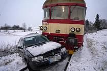 Před nárazem vlaku stačil řidič z automobilu utéct
