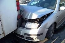 Škodovka narazila do stojícího autobusu