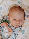 KRYŠTOF MAREK KLOS se narodil Kateřině a Alešovi 10. dubna. Vážil 2,88 kilogramu a měřil 48 centimetrů. Doma v Roztokách u Jilemnice už čeká i bráška Jakub.