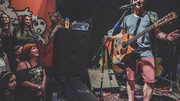 Tomáš Klus bude největší hvězdou Sedmihorského léta. Na letní scéně  areálu na Turnovsku vystoupí ve čtvrtek 12. července od 20.00 se svojí kapelou Cílová skupina.