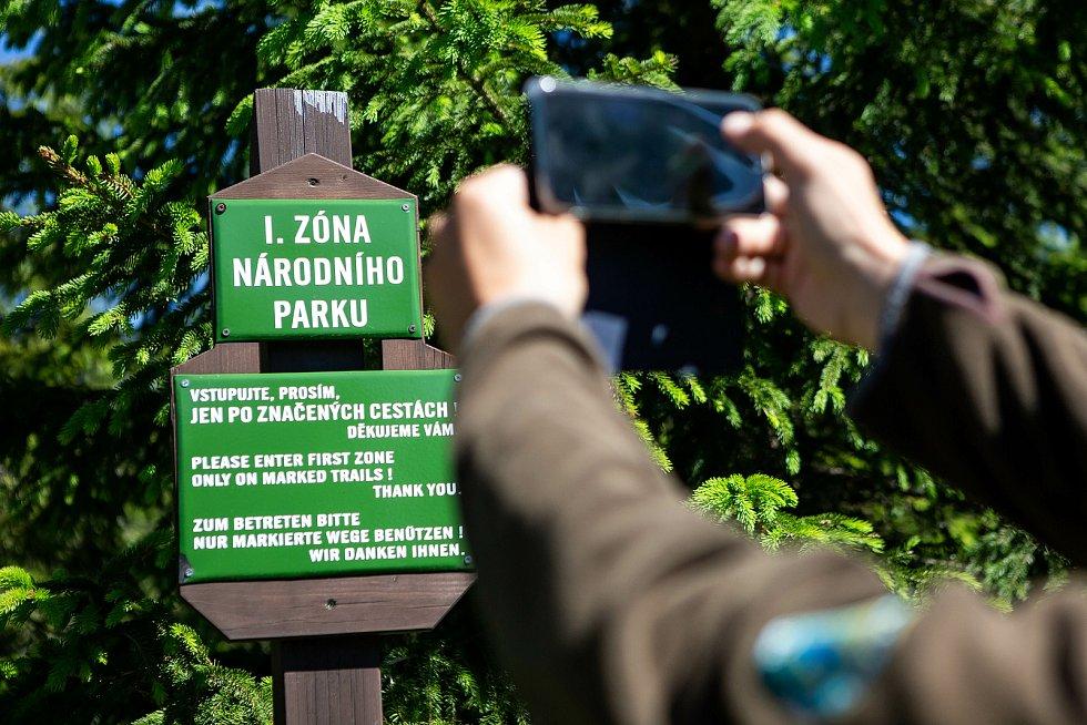 Pracovníci Správy KRNAP vyznačili ve středu nad Špindlerovým Mlýnem pod Martinovou boudou klidová území smaltovými cedulemi a natíráním stromů červenou barvou. Dva vodorovné pruhy znamenají, že je vše v pořádku a návštěvník vstupem nepřekračuje zákon.