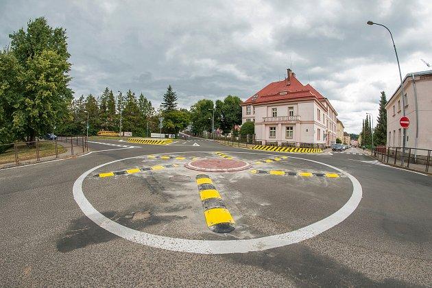 Nový kruhový objezd uzdravotnické školy vTrutnově.