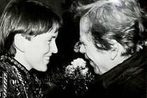 Signatářka Charty 77 Hana Jüptnerová z Vrchlabí vítá Václava Havla v Trutnově 27. ledna 1990.