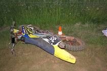 Nehoda motorkáře: muž utrpěl vážnější zranění.