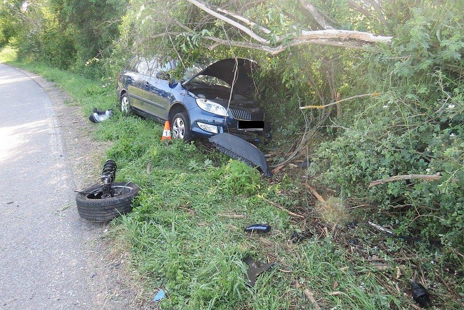 Následky střetu dvou aut nedaleko Velkého Vřešťova.