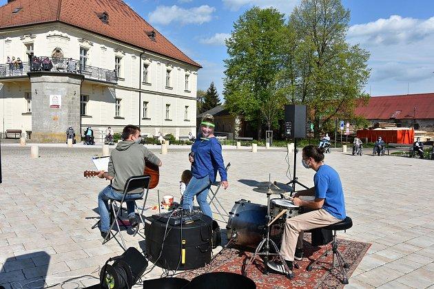 Muzikanti hráli pod okny vozíčkářům a sestřičkám.