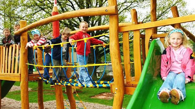 NOVÉ HŘIŠTĚ s prolézačkami a skluzavkami využijí děti z mateřské i základní školy.