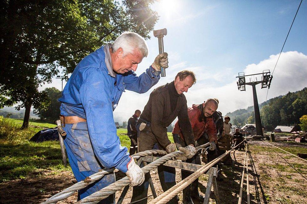 Do budování nové lanovky v Černém Dole se zapojil také rakouský specialista Erwin Gurschler. S desetičlenným týmem pracoval na spojení dvoukilometrového ocelového lana, které nese 78 sedaček.