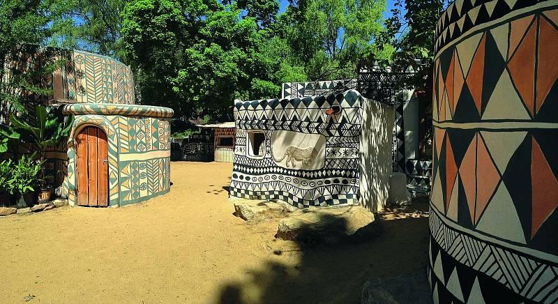 Po vzoru západoafrické osady Tiébélé v Burkině Faso vzniklo v Safari Parku Dvůr Králové v roce 2016 malé stejnojmenné městečko vyznačující se výrazným zdobením domků a typickou architekturou kmene Kassena.
