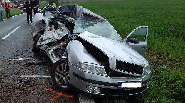 Tragická nehoda se stala na silnici mezi obcí Kocbeře a Dvorem Králové. Při střetu snákladním autem zahynuli vosobním voze dva lidé.