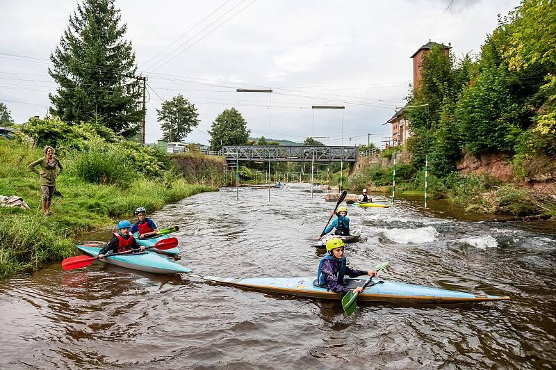 Trénink kanoistů Lokomotivy Trutnov u loděnice v Poříčí.