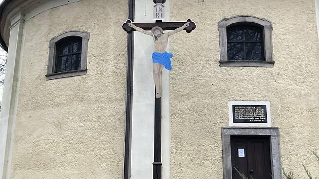 Město Trutnov opravilo unikátní dřevěný kříž z 19. století, který stojí v těsné blízkosti Janské kaple.