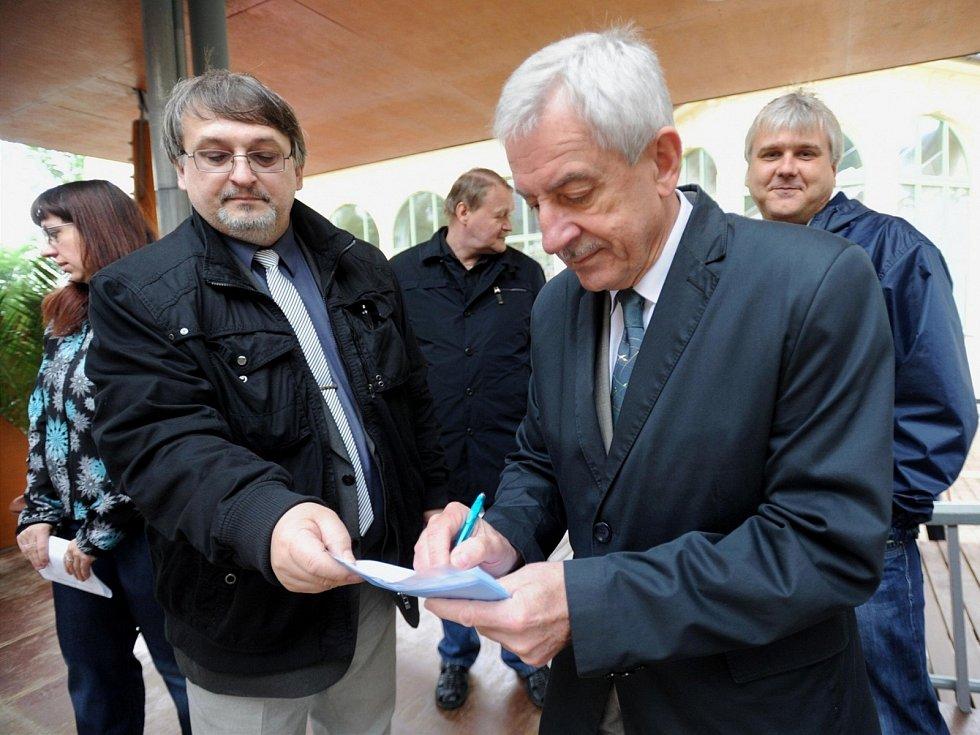 MINISTR zdravotnictví Leoš Heger (vpravo) podepisuje petici proti uzavření léčebny.