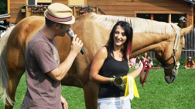 KLÁRA ZEMANOVÁ z Hořic dokázala jako jediná vybojovat vítězství ve dvou kategoriích. Předvedli se i westernoví jezdci.