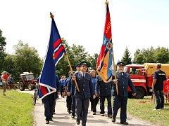 ZA DOPROVODU Krkonošské dechovky prošel Beneckem při oslavách 100 let dobrovolných hasičů průvod.