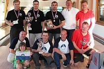 NEJLEPŠÍ TŘI DRUŽSTVA v Sedmihorské bowlingové divizi. v tmavých tričkách vítězný tým Scorpio Bowlers, vpravo druhý Crazy Team a dole třetí trojice Wranglers.