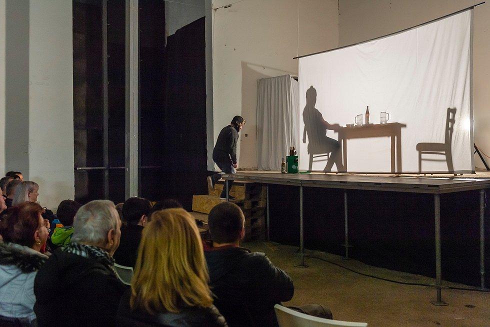 Ďyvadlo Neklid sehrálo v neděli večer na Bojišti Havlovu Audienci jako netradiční stínové představení v režii Petra Vanžury.
