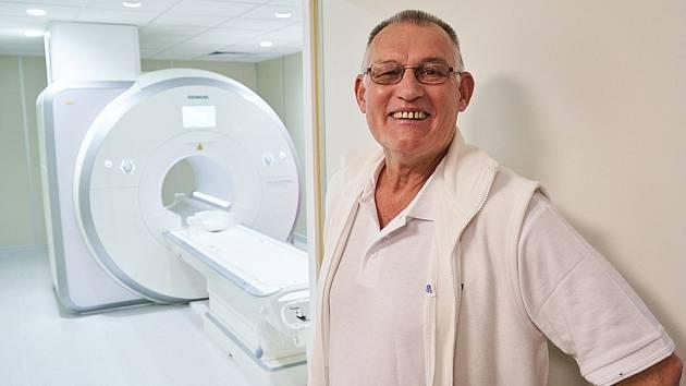 Jiří Bažant, primář radiodiagnostického oddělení trutnovské nemocnice, představuje novou magnetickou rezonanci.