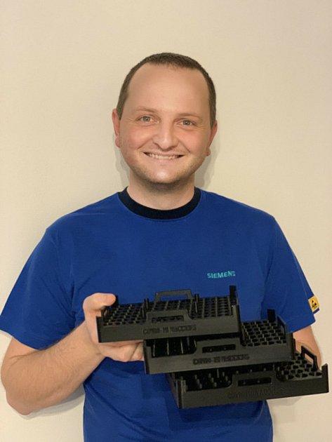 Michal Pavlásek, specialista technolog vtrutnovském Siemensu, vymyslel a vytiskl držáky na lahvičky svakcínou proti nemoci covid-19na své vlastní 3D tiskárně.