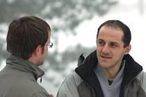 Redaktor našeho Deníku Tomáš Plecháč (vlevo) při anketě v ulicích Vrchlabí.